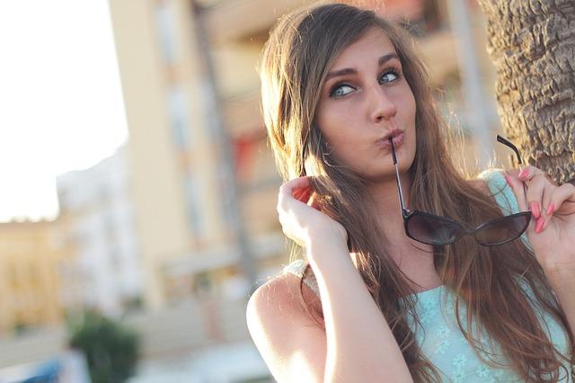 dívka v létě na ulici