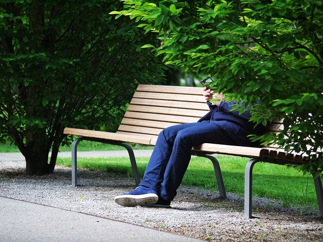 schovaný muž na lavičce