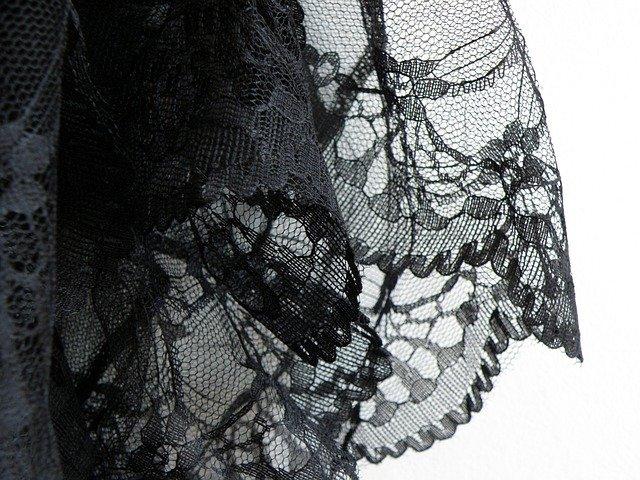 černá krajka na šatech