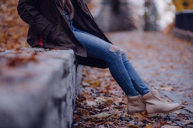 dívka v džínách s dírami
