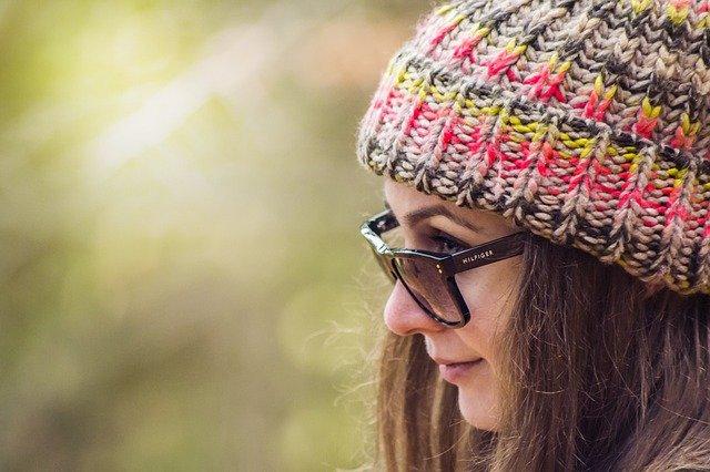 bruneta s čepicí.jpg