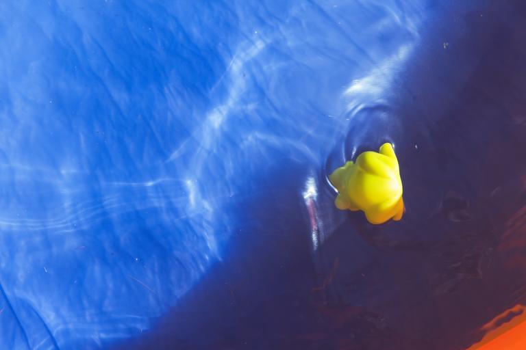 hladina bazénové vody s hračkou