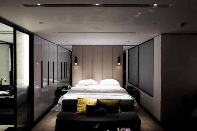 moderní ložnice, tma, skříně