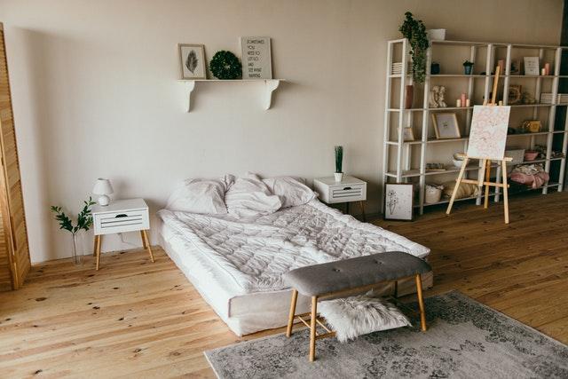 dřevěná podlaha, bílá matrace