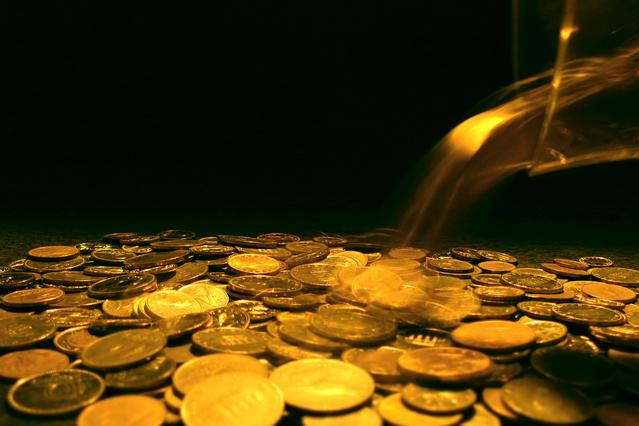 džbán přesypávající zlaté mince na hromadu