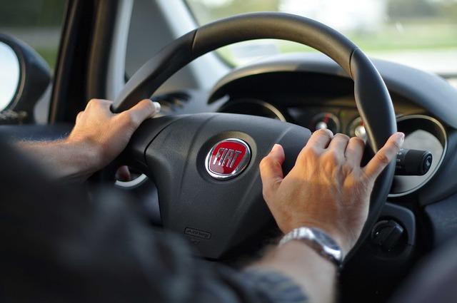 pohled na řidiče za volantem