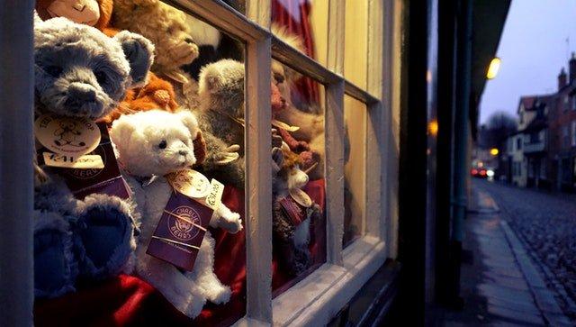 plyšový medvídci za oknem
