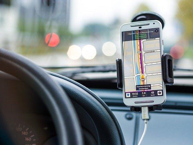 automobil se zapnutou navigací