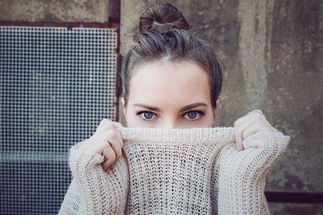 žena v béžovém svetru
